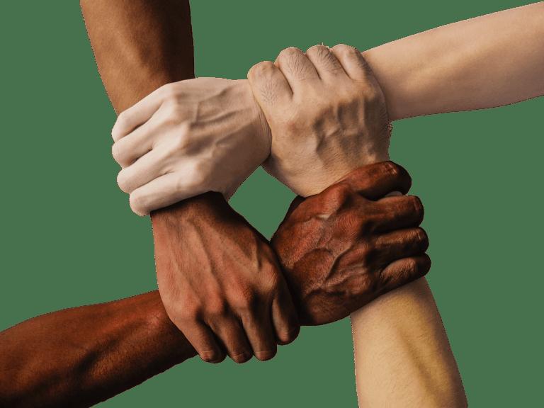 4 unterschiedliche Nationalitäten halten Handgelenke